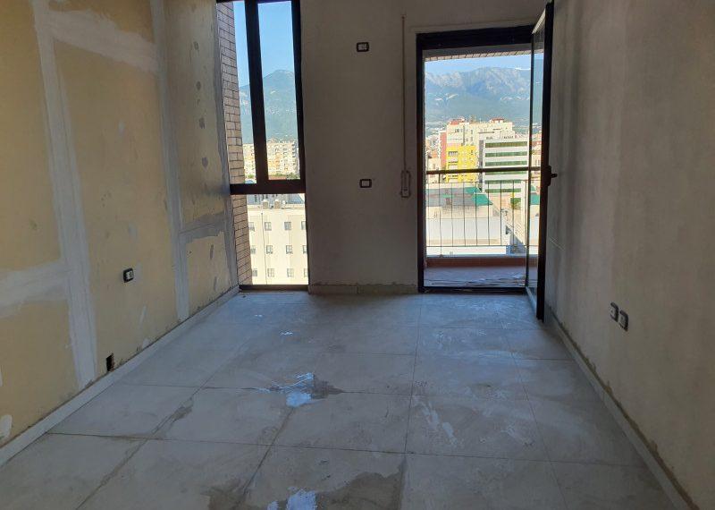 Shitet apartament i ri ne rrugen Panorama.