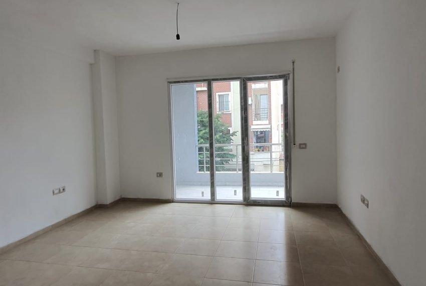 Shitet apartament prane rruges Qemal Stafa